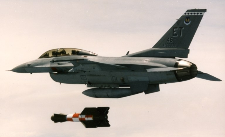 F-16D dropping GBU-15 EDGE round